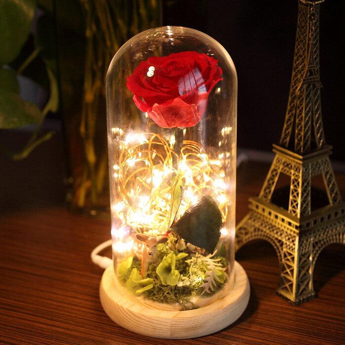 Para Ella Flor de rosa fresca preservada con pétalos caídos en vidrio Dome sobre base de madera