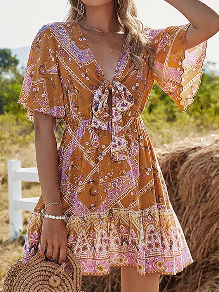 فستان بوهيمي مطبوع عليه أزهار برقبة على شكل V وأكمام جرس معقودة