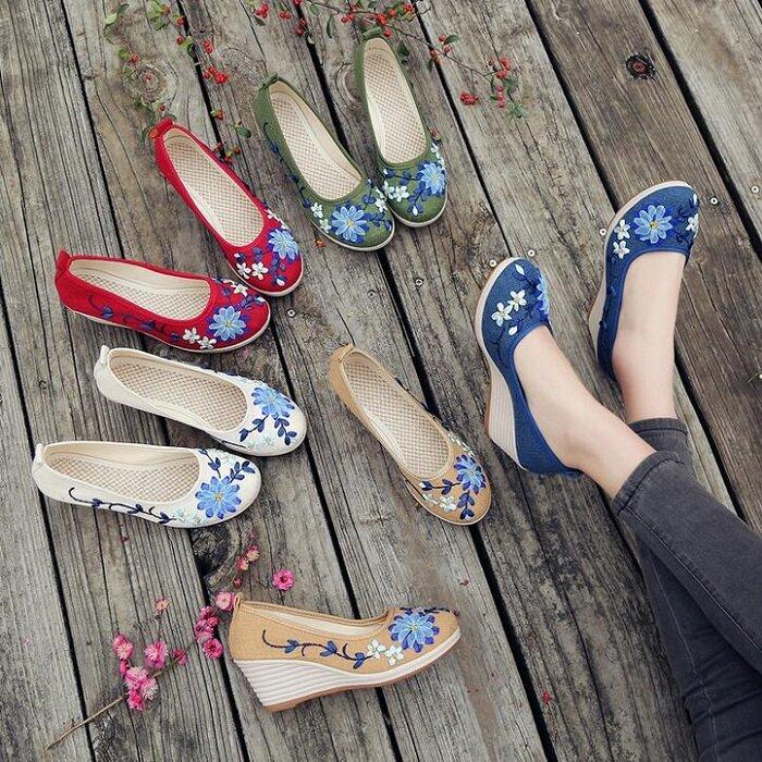 93e0f8c8e07f3b Sapatos Florais Bordados De Pano De Salto Alto De Cunha Artesanal