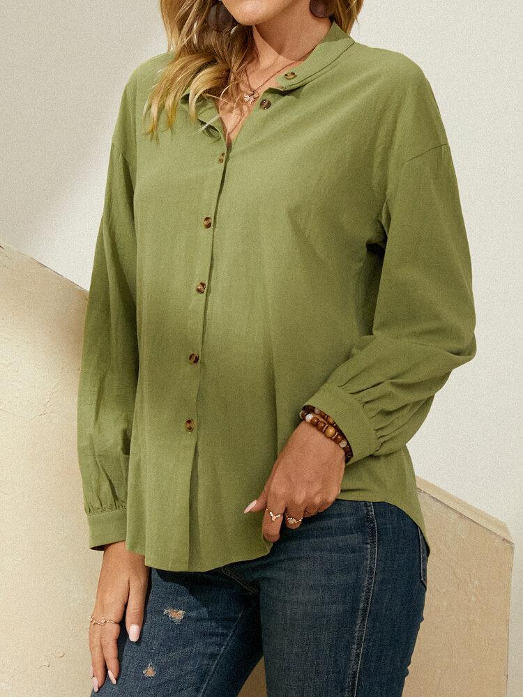 Blusa con cuello alto y botones de manga larga en color liso vendimia