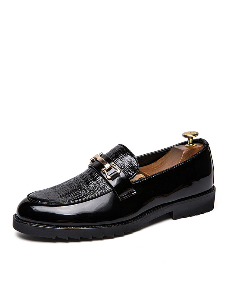 Men Brief Veins Metal Decoration Pointed Toe Slip-on Casual Business Shoes