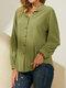 Blusa con cuello alto y botones de manga larga en color liso vendimia - Verde