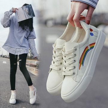 Regenbogen schnüren sich bequeme flache Sneakers