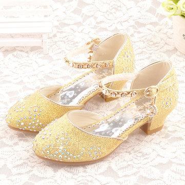 Mädchen, die Prinzessin Crystal Shoes glänzen
