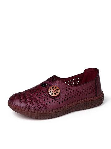 古い北京の靴を快適に印刷する女性