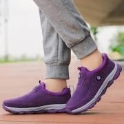 المرأة عارضة المشي دافئ واصطف في الهواء الطلق أحذية رياضية