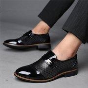 Les hommes de grande taille élégants à bout pointu enfilent des chaussures formelles