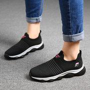 النساء المشي لمسافات طويلة في الهواء الطلق ضوء حك شبكة تنفس الانزلاق على أحذية رياضية