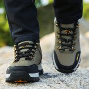 الرجال لبس الرباط حتى تسلق أحذية المشي لمسافات طويلة في الهواء الطلق