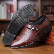 Los hombres de gran tamaño elegante tapa dedo del pie resbalón en los zapatos de vestir formales de negocios