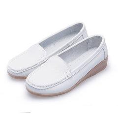 Чистый цвет кожи на плоских туфлях на танкетке