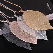 Halskette mit Blatt