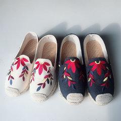 Льняные плоские туфли с вышивкой