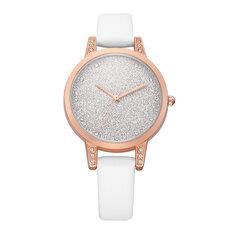 Les femmes scintillantes de mode regardent le quartz imperméable en cuir observent la montre mince aucun numéro